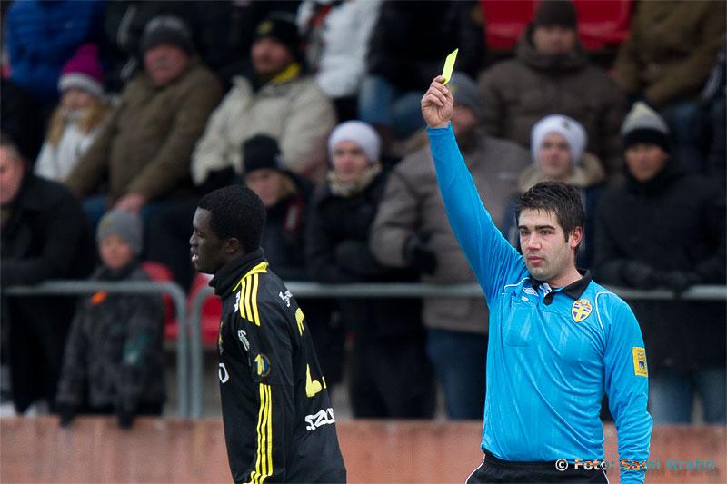 AIK 22 Kwame Amponsah Karikari får gult kort två gånger av domare Ozan Camlibel , och visas ut strax före halvtid