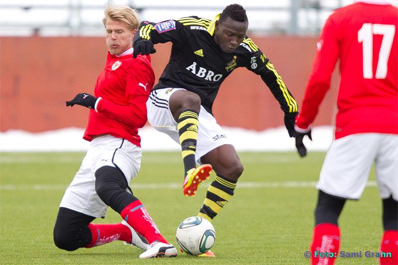 AIK 19 Alhassan Crespo A. Kamara dansar boll framför Kalmar 6 Paulus Arajuuri