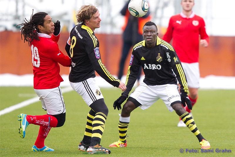 AIK 8 Daniel Tjernström och AIK 11 Lalawele Atakora håller undan Kalmar 19 Jonathan McDonald