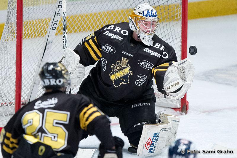 AIK 35 Niklas Lundström plockar pucken med handsken