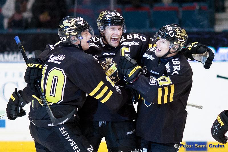Målskytt AIK 6 Dick Tärnström gratuleras av 10 Richard Gynge och 87 Robert Rosén