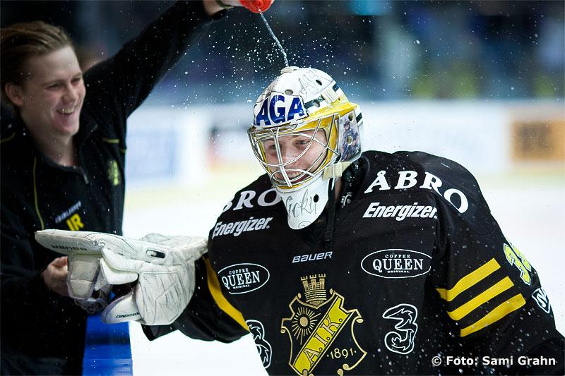 AIK 35 Niklas Lundström får en dusch efter vinsten