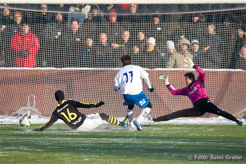 AIK 16 Martin Lorentzson ser Norrköping 11 Russel Mwafulirwa göra matchens enda mål