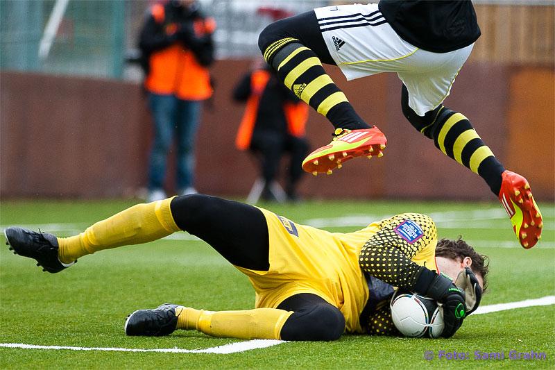 Assyriska målvakt 27 Robin Malmkvist under AIK 22 Kwame Amponsah Karikari