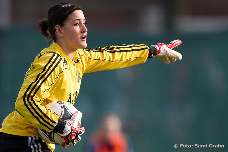AIK målvakt 30 Susanne Nilsson pekar ut riktningen