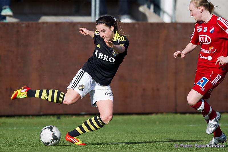 AIK 18 Clara Markstedt dribblar