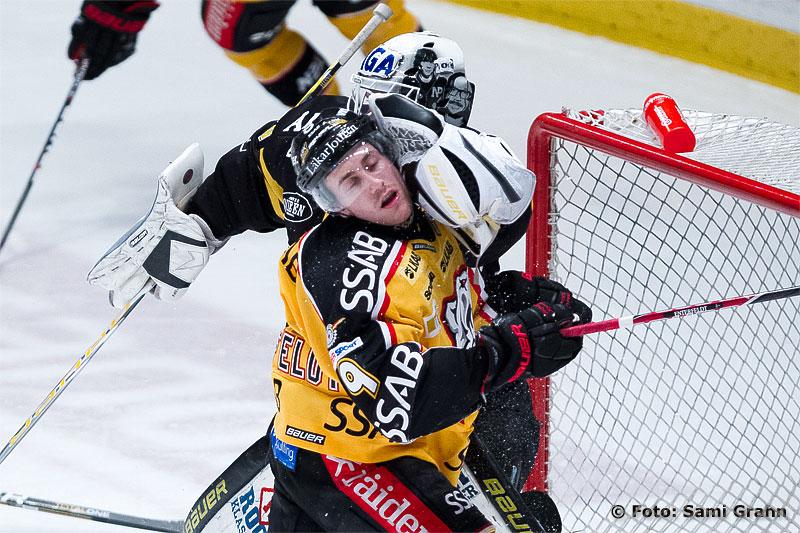 AIK 30 Viktor Fasth trycker till en Lulespelare