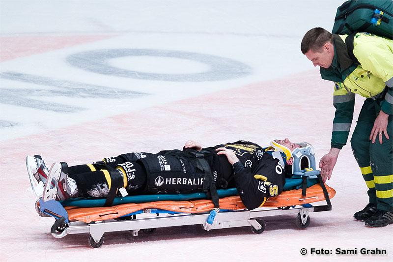 AIK 15 Rastislav Pavlikovsky rullas ut på bår med befarad nackskada