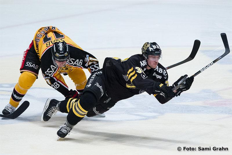 Luleå 11 Simon Hjalmarsson fäller AIK 37 Stefan Johansson