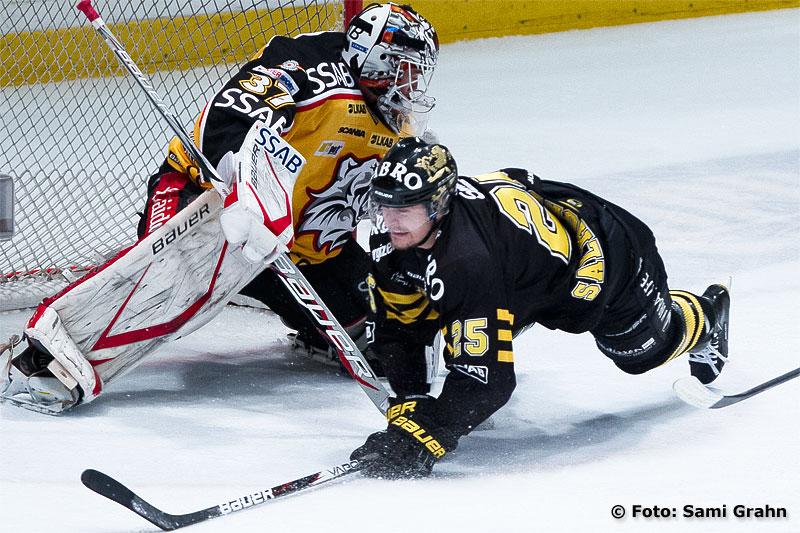 AIK 25 Johannes Salmonsson dras ned framför Luleå 37 Johan Gustafsson