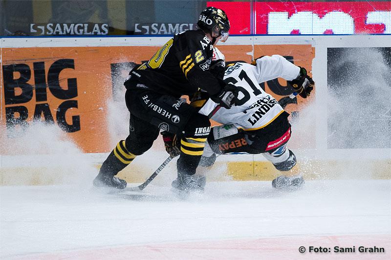 AIK 20 Daniel Bång och Skellefteå 61 Fredrik Lindgren sprutar snö