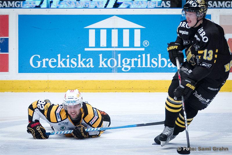 Platt fall för Skellefteå 82 Christian Söderström framför AIK 13 Joakim Nordström