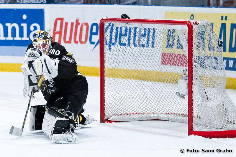 Skellefteå 21 Jimmie Ericsson sätter en strut bakom AIK 30 Viktor Fasth