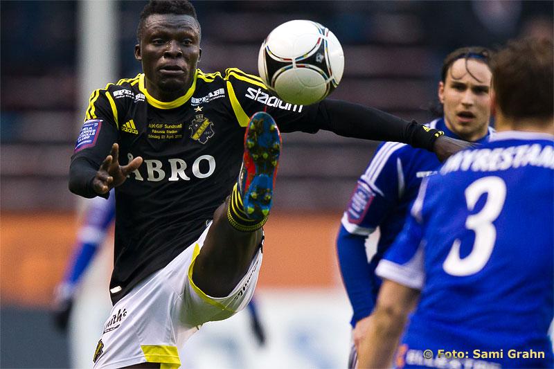 Välriktad spark av AIK 11 Lalawele Atakora