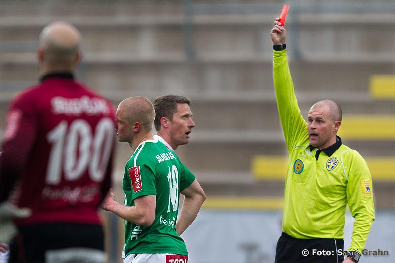 Domare Mattias Nyman ger rött kort till Brage 18 Oskar Andersson