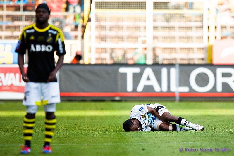 GAIS 2 Richard Ntomba Ekunde skadad efter närkontakt med AIK 9 Martin Mutumba