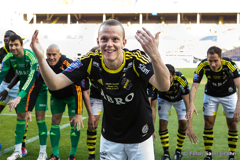 AIK 24 Daniel Gustavsson tar emot publikens jubel