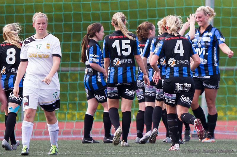 Sirius 13 Rebecka Möller (längst till höger) gratuleras efter sitt mål