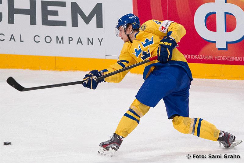 Tre Kronor 65 Erik Karlsson bryter av klubben i ett slagskott
