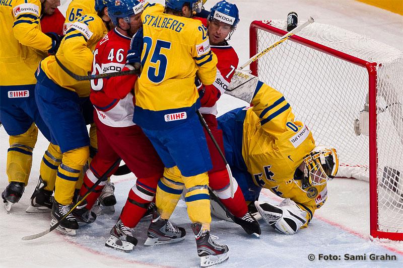 Tre Kronor målvakt 30 Viktor Fasth har koll på pucken