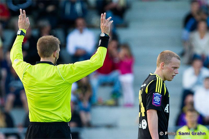 Domaren gestikulerar åt AIK 24 Daniel Gustavsson