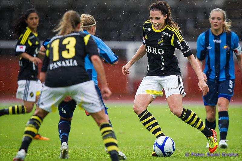 AIK 18 Clara Markstedt visar spelglädje