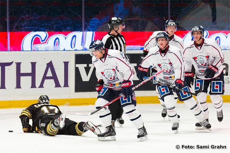 AIK 17 Fredrik Carlsson körs över av Östergötlands segermaskin Linköping