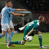 Malmö 5 Pontus Jansson pekar ut riktningen för 25 målvakt Robin Olsen