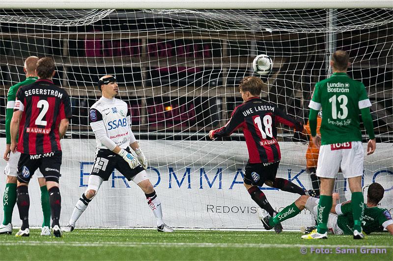 2-1 av BP 18 Jacob Une Larsson bakom Brage 100 Gerhard Andersson