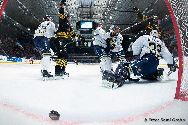 Matchens första mål av AIK 46 Nicklas Jensen bakom HV71 32 Gustaf Wesslau
