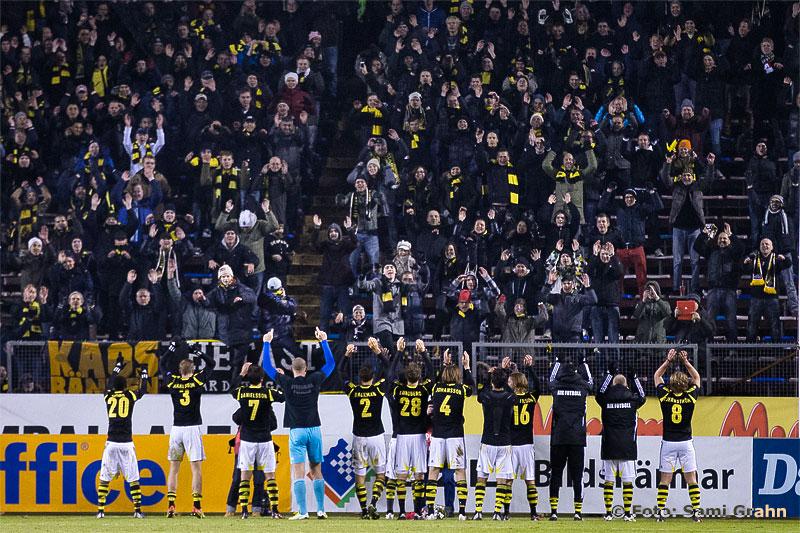 AIK-fans på Norra Stå gör vågen tillsammans med spelarna