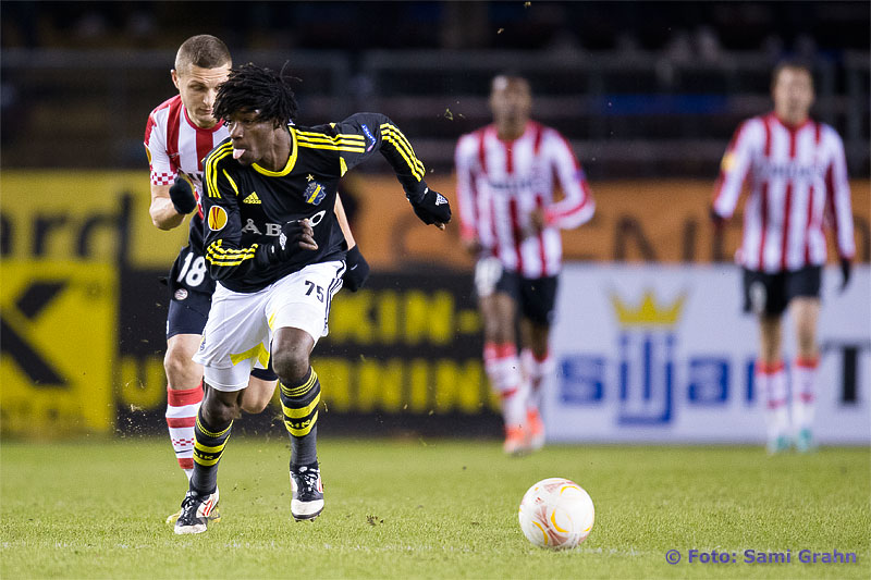 AIK 75 Mohamed Bangura räcker ut tungan när han drar ifrån PSV 18 Timothy Derijck