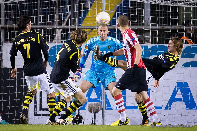 AIK målvakt 27 Ivan Turina ser backarna göra sitt jobb
