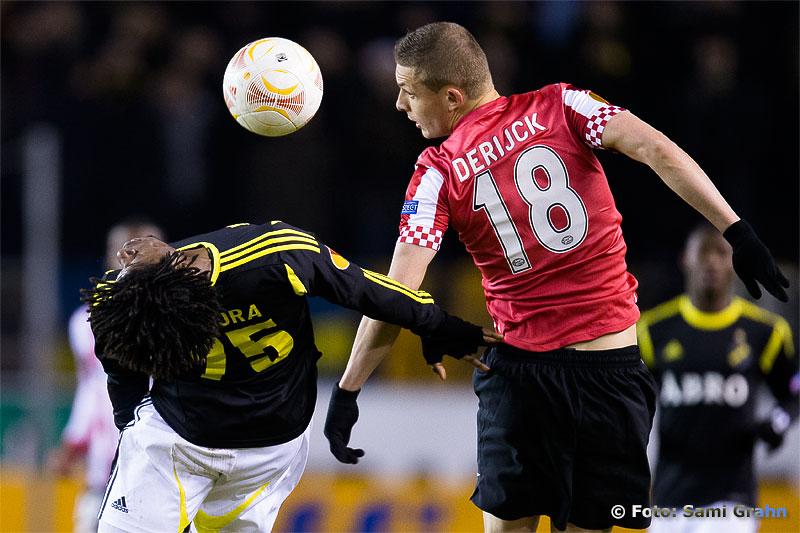 AIK 75 Mohamed Bangura i duell med PSV 18 Timothy Derijck