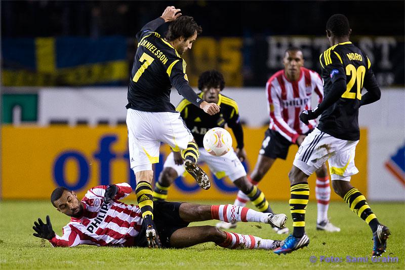 AIK 7 Helgi Danielsson flyger över PSV 16 Orlando Engelaar