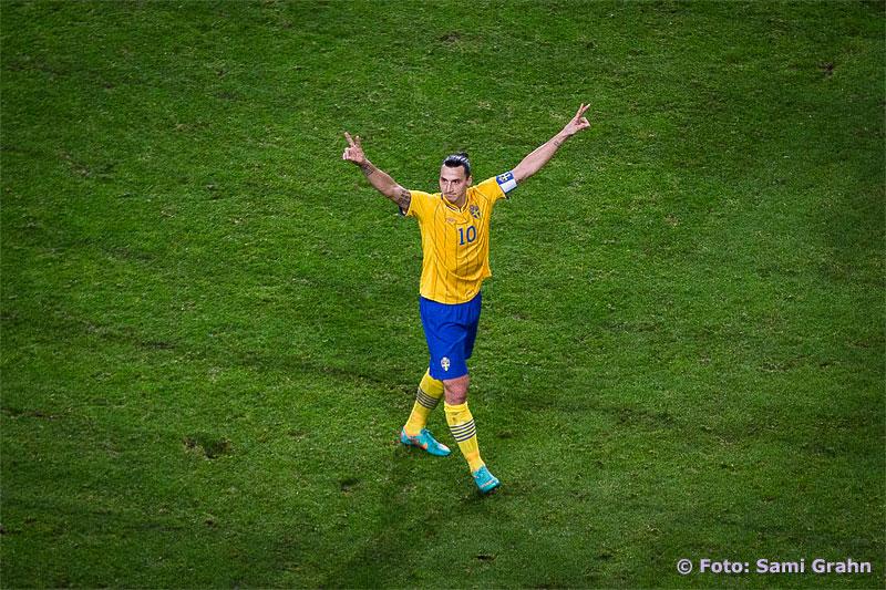 Zlatan Ibrahimovic jublar efter sitt frisparksmål