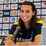 Zlatan Ibrahimovic fyrar av sitt leende på presskonferensen