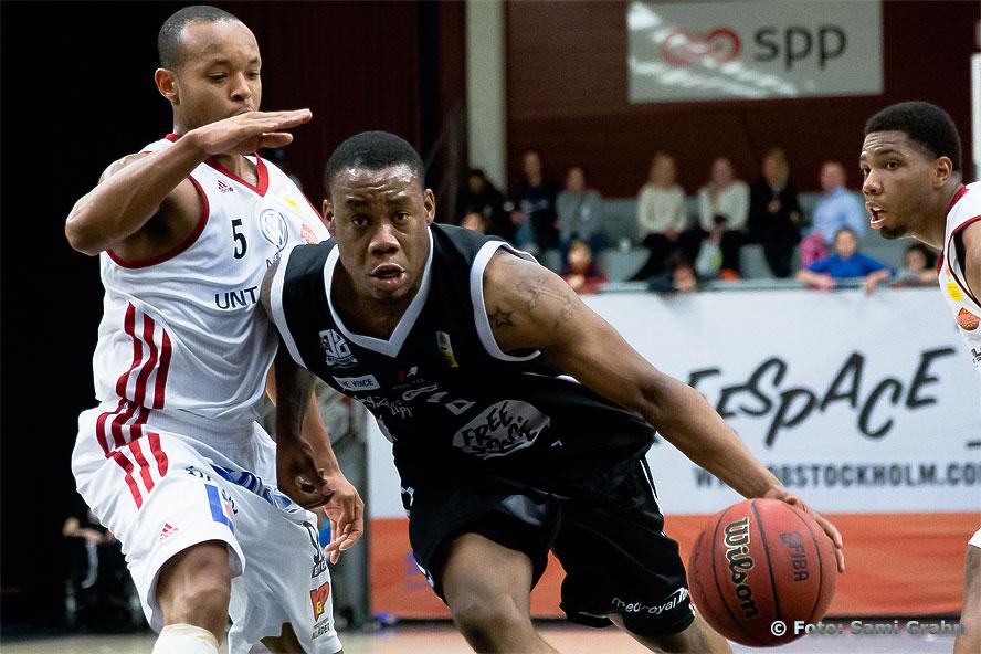 08 Stockholm 5 Rudy Mbemba i svart passerar Uppsala 5 Thomas Jackson
