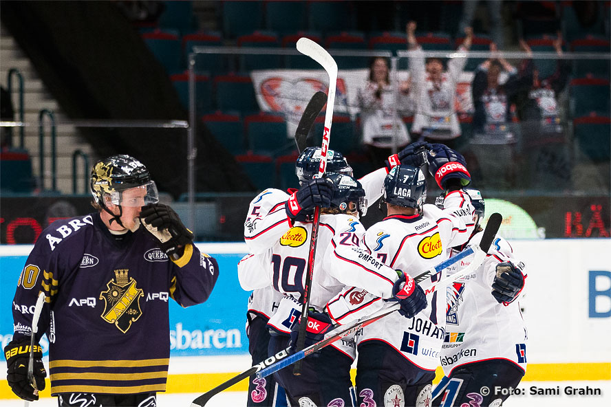 Målskytten Linköping 29 Erik Lindhagen gratuleras