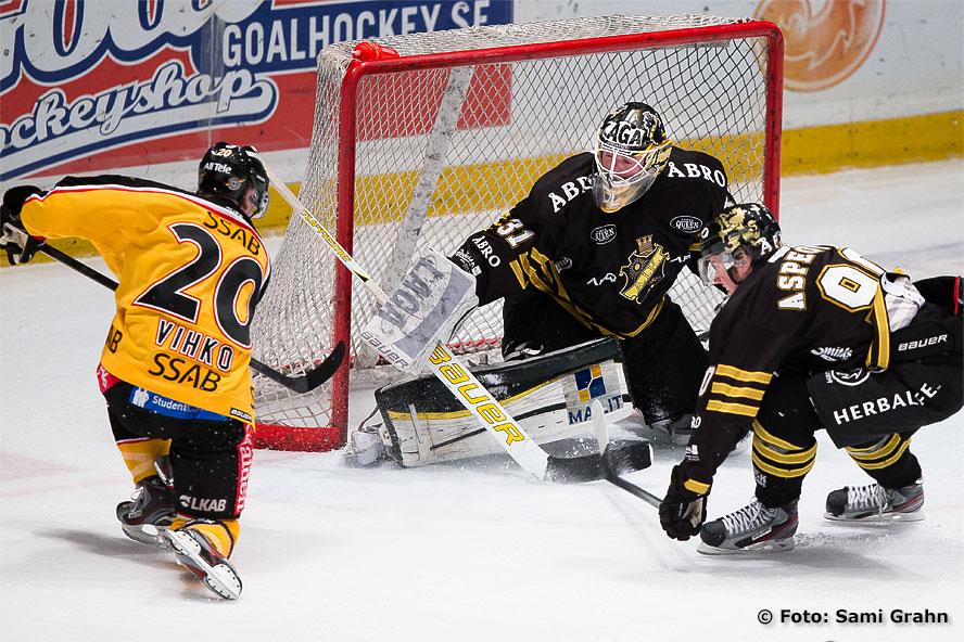 AIK Christopher Aspeqvist hjälper målvakt Daniel Larsson avvärja skott från Luleå Joonas Vihko