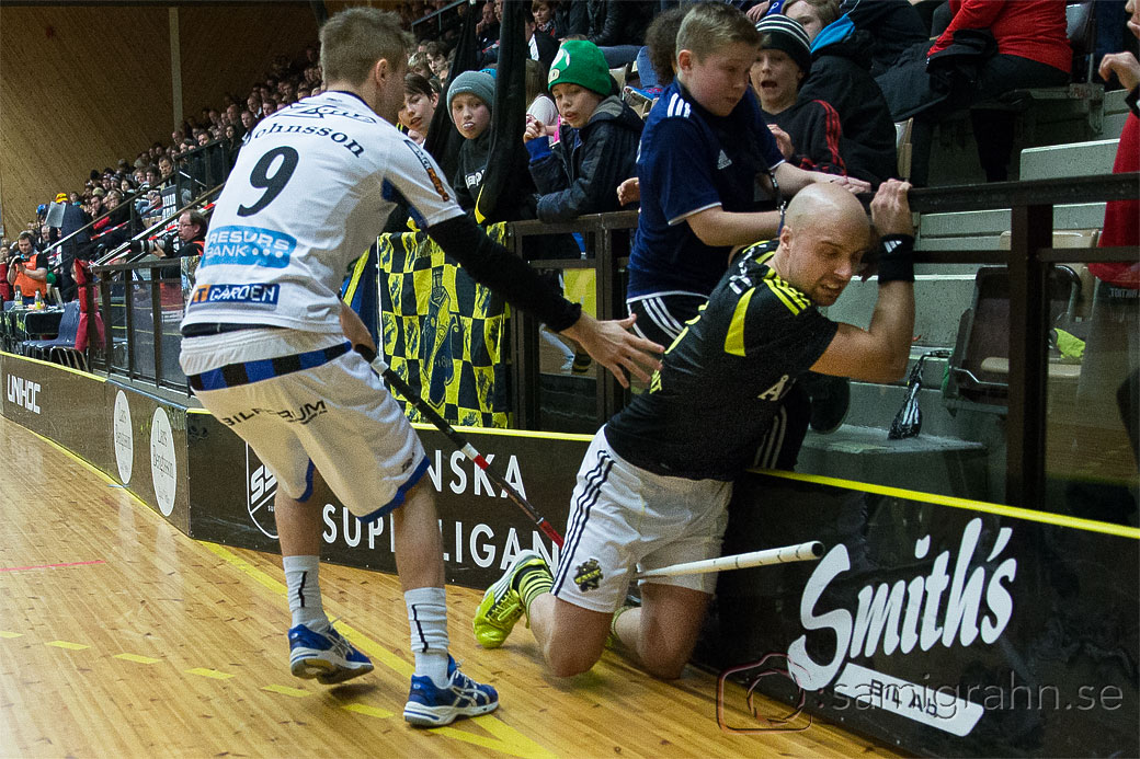 AIK 3 Alexander Egebrant  trycks in i sargen av Helsingborg 9 Daniel Johnsson
