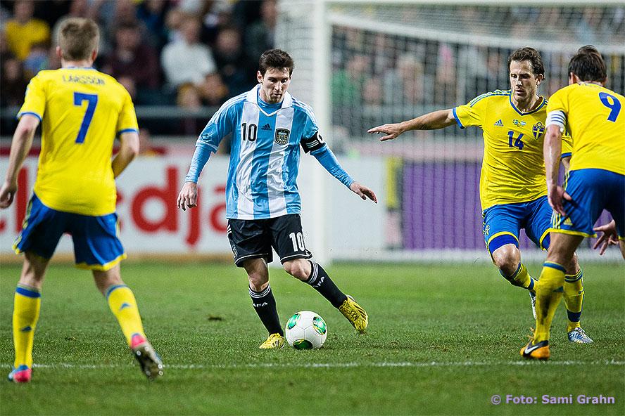 Argentina 10 Lionel Messi uppvaktades av svenska spelare