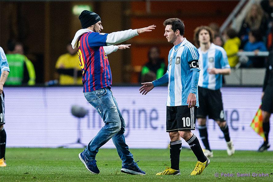 En man ur publiken sprang in på plan för att krama Lionel Messi
