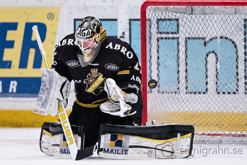 En puck slinker förbi AIK målvakt 31 Daniel Larsson