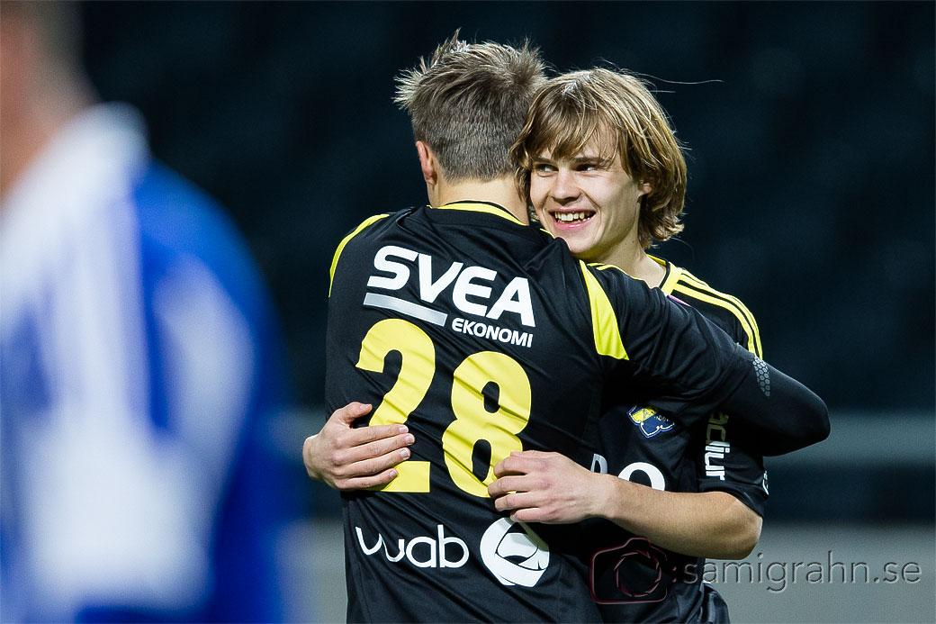 AIK 25 Sam Lundholm kramas om av AIK 28 Viktor Lundberg