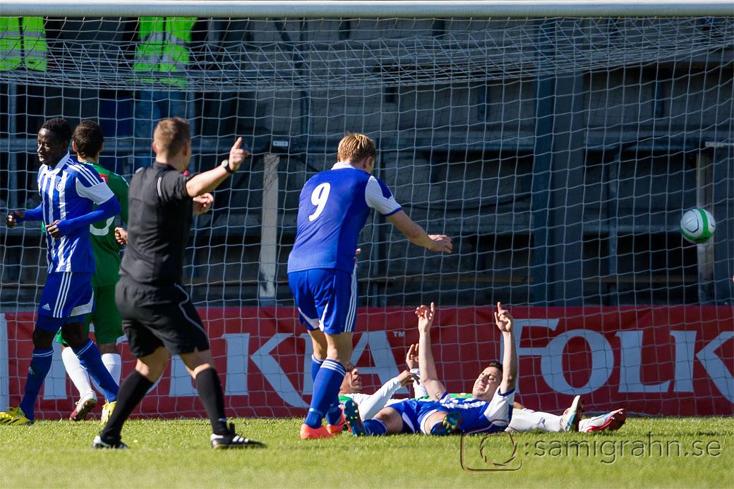 Mål av HJK 26 Demba Savage medan 8 Erfan Zeneli och 9 Mikael Forssell  jublar