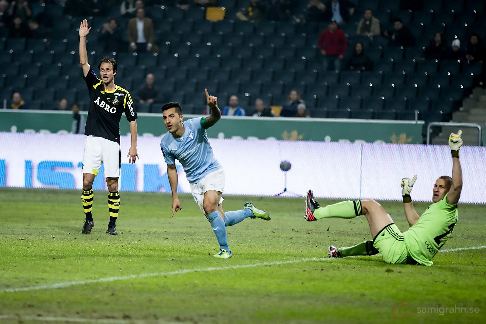 Malmö Jiloan Hamad jublar efter första målet på Friends Arena, AIK Helgi Danielsson Daníelsson och Ivan Turina tycker att det var offside