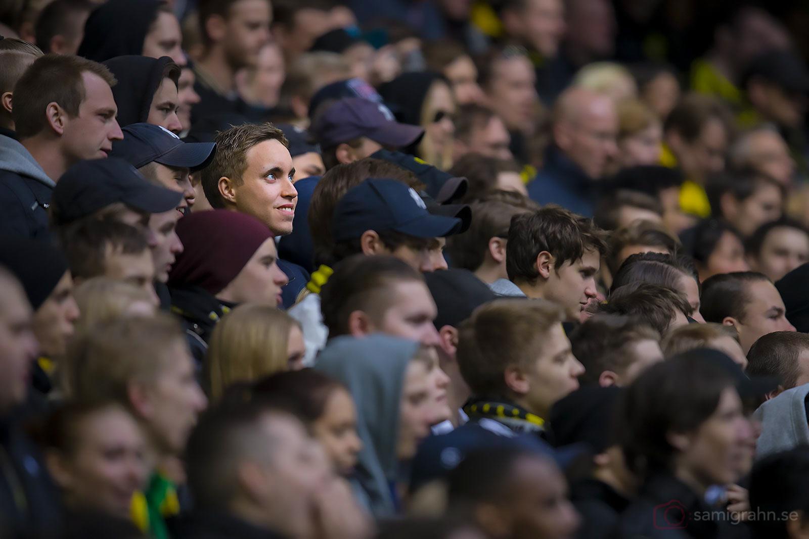 Blåögd åskådare i publikhavet på Friends Arena