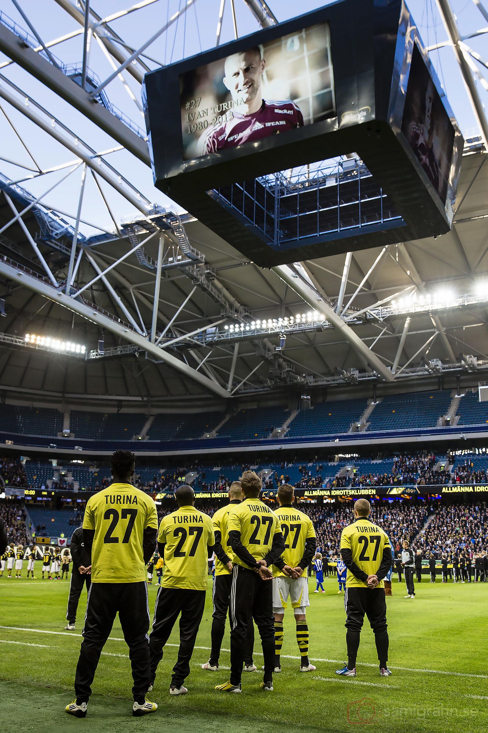 En leende Ivan Turina tittar ned på åskådarna från jumbotronen på Friends Arena