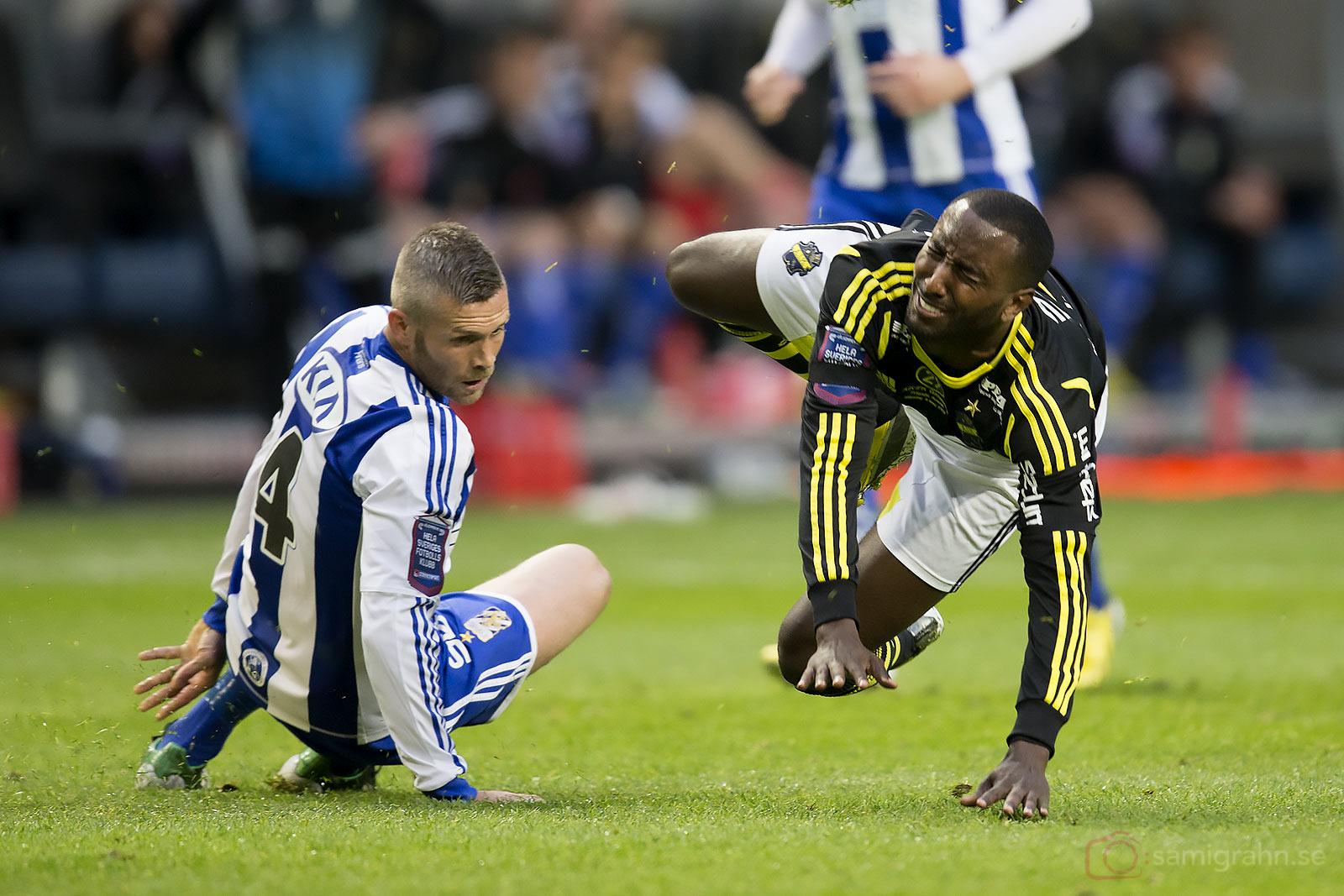 AIK Henok Goitom grimaserar av smärta efter närkamp med IFK Göteborg Kjetil Waehler